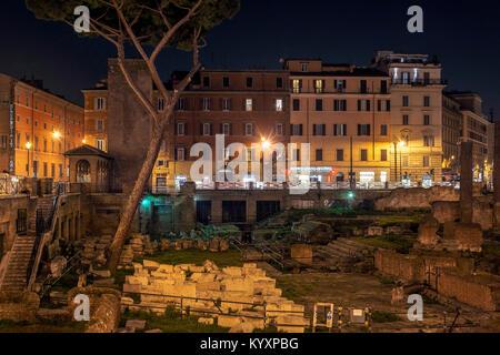 Rome, Italie, 15 février 2017: Vue de nuit sur les ruines romaines de Largo di Torre Argentina à Rome Banque D'Images