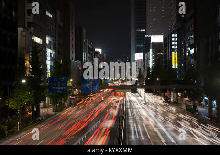 High angle view of traffic light trails on city street avec Tokyo Sky Tree en arrière-plan Banque D'Images