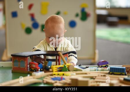 Bébé Garçon jouant avec des jouets à la maison Banque D'Images