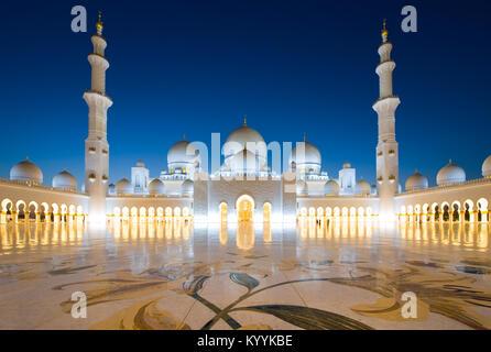 ABU DHABI, EMIRATS ARABES UNIS - DEC 31, 2017: l'extérieur de la mosquée Sheikh Zayed à Abu Dhabi dans le crépuscule. C'est la plus grande mosquée du pays.