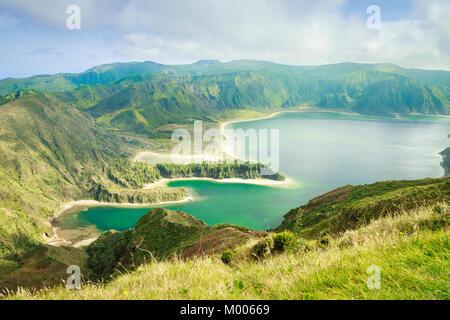 Vue sur Lagoa do Fogo (lac de feu) du point de vue Miradouro da Serra da Barrosa à Sao Miguel, Açores, Portugal. Banque D'Images