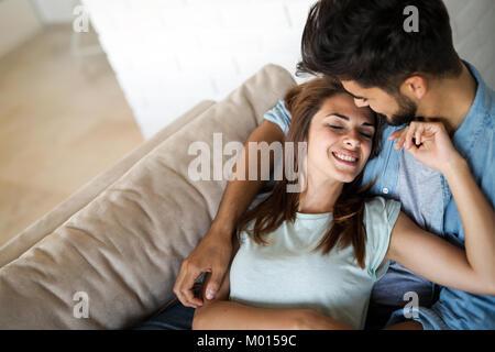 Pretty young girl lying on tour de son petit ami Banque D'Images