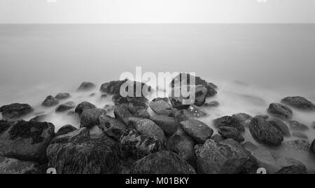 Rochers dans l'eau trouble, noir et blanc. Banque D'Images