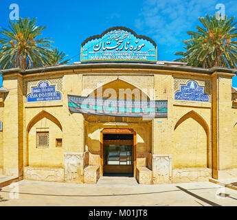 SHIRAZ, IRAN - 12 octobre 2017: La brique gate de reliefs, sert d'entrée au Musée Naranjestan - complexe historique Banque D'Images