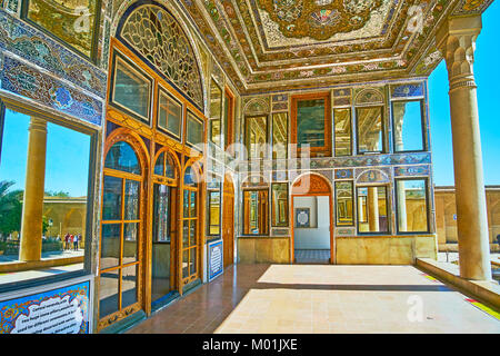 SHIRAZ, IRAN - 12 octobre 2017: Le miroir véranda de Qavam (Ghavam) Chambre des Naranjestan complexe est décoré Banque D'Images