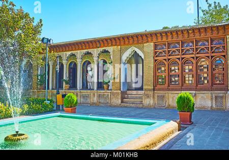SHIRAZ, IRAN - 12 octobre 2017: l'architecture de l'hôtel particulier avec Ol-Molk Zinat médiéval persan traditionnel Banque D'Images