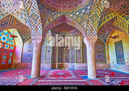 SHIRAZ, IRAN - 12 octobre 2017: le chef-d'décoration d'intérieur de la mosquée Nasir Ol-Molk - les motifs sont Banque D'Images