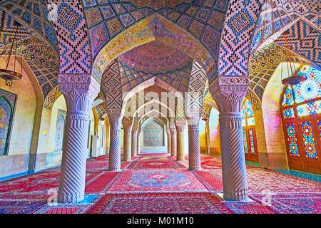 SHIRAZ, IRAN - 12 octobre 2017: la mosquée Rose est célèbre pour sa salle de prière d'hiver, ses décorations parfait Banque D'Images