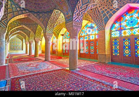 SHIRAZ, IRAN - 12 octobre 2017: la mosquée rose avec ses magnifiques vitraux, décorer son intérieur avec kaléidoscope Banque D'Images