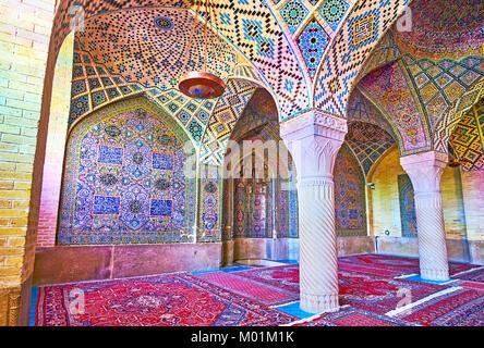 SHIRAZ, IRAN - 12 octobre 2017: la mosquée Nasir Ol-Molk (rose) est le monument à voir dans la ville, elle attire Banque D'Images