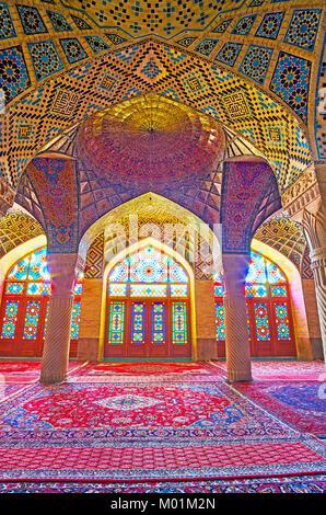 SHIRAZ, IRAN - 12 octobre 2017: la mosquée Nasir Ol-Molk (rose) est le chef-d'œuvre architectural de la ville, Banque D'Images