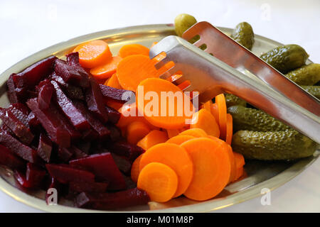 Un plat de betteraves, carottes et concombres couverts avec des épices, sel, vinaigre, huile d'olive et le poivre. Banque D'Images