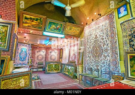 SHIRAZ, IRAN - 12 octobre 2017: Les tapisseries encadrées avec des reproductions de photos célèbres et tapis persans Banque D'Images