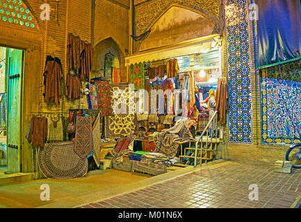 SHIRAZ, IRAN - 12 octobre 2017: Le magasin de tapisseries, tapis et vêtements traditionnels est situé entre le Banque D'Images