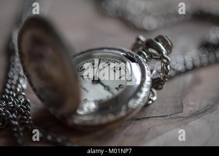Vintage montre de poche avec fond de bois Banque D'Images