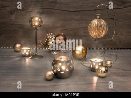 Vintage des décorations de Noël, Noël et brûler des bougies sur le bois. Cette image est tonique.