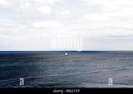 La voile sur mer sous ciel nuageux au large de la côte de Mevagissey, Cornwall