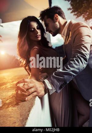 Beau, élégant, Guy s'embrasser sa bien-aimée petite amie Banque D'Images