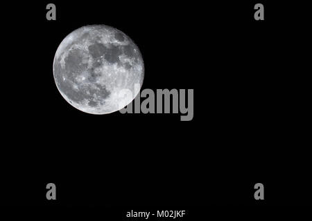 Pleine lune à gauche Banque D'Images