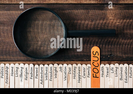 Loupe et bâtonnets de bois avec word liées au mode de vie. se concentrer sur concept Banque D'Images