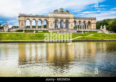 Belle vue de la célèbre chapelle du château de Schönbrunn et ses jardins à Vienne, Autriche Banque D'Images