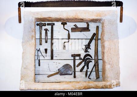 Vieux outils collection sur mur en bois. Résumé photo. Banque D'Images