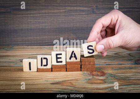 Des idées. Lettres en bois sur le bureau d'information et de la communication, bureau arrière-plan Banque D'Images
