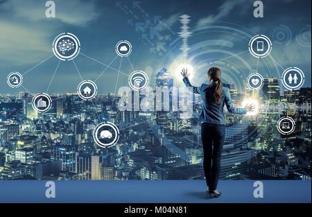 Jeune homme d'affaires et concept de l'interface utilisateur graphique. L'intelligence artificielle. Internet des Banque D'Images