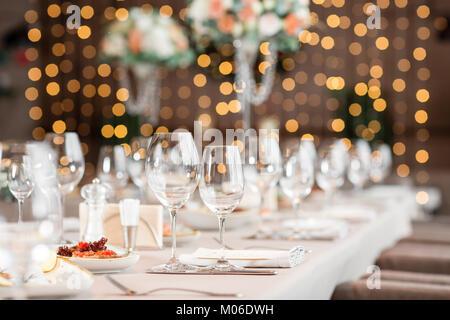 Se concentrer sur des verres. Table de banquet au restaurant, la préparation avant le banquet. le travail des fleuristes professionnels.