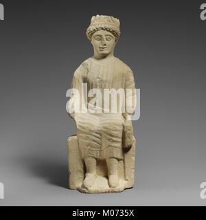 Statuette en pierre calcaire d'un homme imberbe assis votary rencontré DP160136
