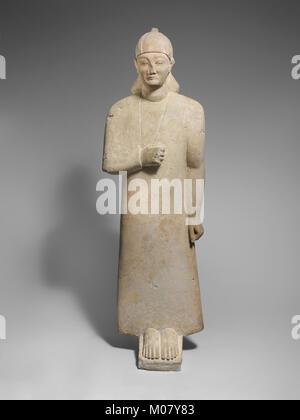 Votary calcaire d'un homme imberbe portant un long vêtement et d'un casque conique rencontré DP216660