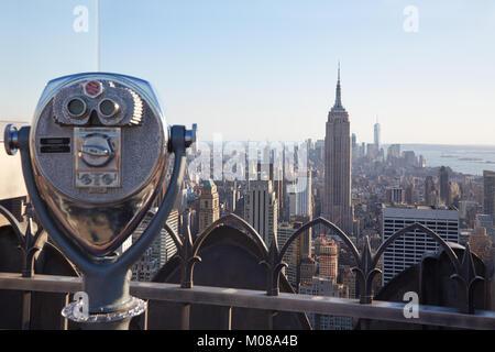 NEW YORK - 12 SEPTEMBRE: Jumelles sur Rockefeller Center avec l'Empire State Building et vue sur la ville en fin Banque D'Images