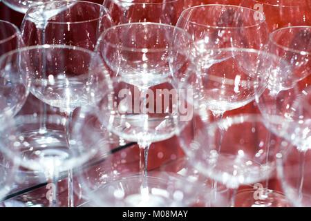 Verres à vin brillant de luxe élégant alignés en rangées sur un bar image en arrière-plan Banque D'Images