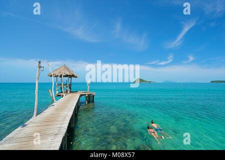 Jeune couple de touristes en apnée dans l'eau turquoise cristal près de tropical Resort à Phuket, Thaïlande. L'été, Banque D'Images