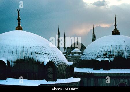 Dome et minarets de la Mosquée Bleue, alias Sultan Ahmed ou Mosquée Sultan Ahmet sous la neige, Istanbul Turquie. Banque D'Images