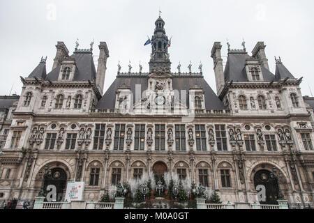 PARIS, FRANCE - 20 décembre 2017: Paris City Hall (Hôtel de Ville) pris en hiver au cours d'un après-midi nuageux. L'hôtel de ville héberge le gouve rneme Paris