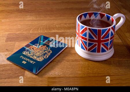Concept de la nouvelle poste bleu Brexit passeport britannique montré avec une tasse fumante de thé dans un mug Banque D'Images
