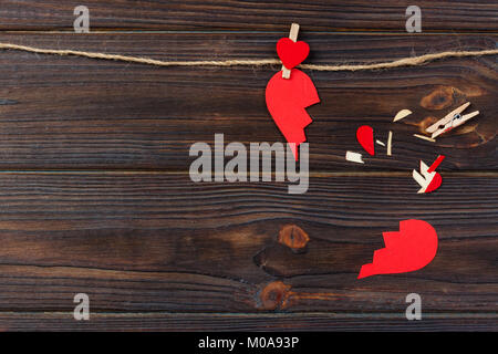 Cœur brisé liquidation collection et le divorce. Papier rouge en forme de l'amour déchiré , les problèmes de soins Banque D'Images