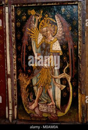 St Michel Archange avec protection & sword terrassant un dragon à sept têtes (il a dissocié 2 têtes) sur l'église Banque D'Images