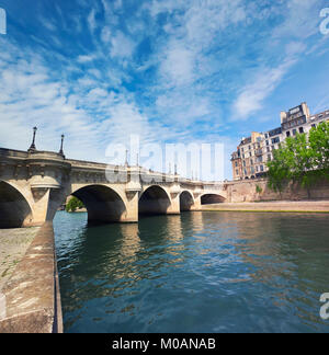 Pont Neuf sur la Seine à Paris, en France, par une belle journée ensoleillée, photo panoramique. Banque D'Images