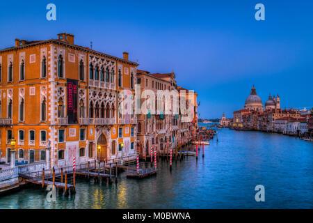 Une soirée sur le Grand Canal, Venise, Vénétie, Italie, Europe. Banque D'Images