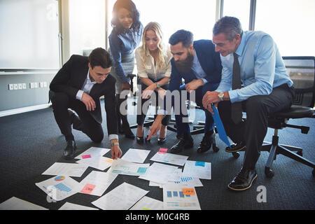 Groupe diversifié de stratégies élaborées en commun avec les professionnels de l'entreprise papiers disposés sur Banque D'Images