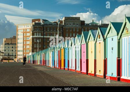 Cabines de plage de couleur sur le front de mer de Brighton, Angleterre. Banque D'Images