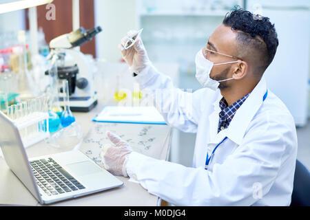 Moyen-orient Scientist Working in Lab Banque D'Images