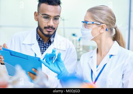 Les jeunes scientifiques travaillant dans le laboratoire Banque D'Images