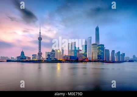 Shanghai, Chine du Quartier Financier de Pudong sur la rivière Huangpu du Bund à l'aube. Banque D'Images