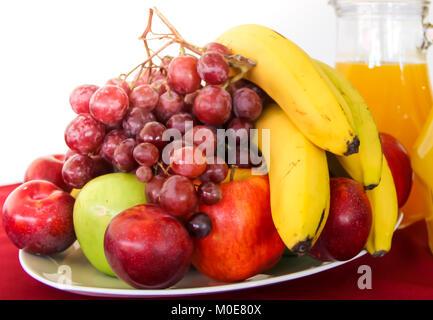 Variété de fruits frais servis sur une plaque Banque D'Images