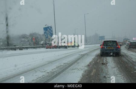M8, Glasgow, Ecosse, Royaume-Uni, 21 janvier 2018. Conditions de conduite très difficile sur le M8 dans la neige lourde. Occupés à aider les automobilistes Police