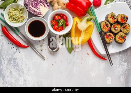 Arrière-plan de l'alimentation végétalienne. Rouleaux de sushi avec le quinoa, les légumes et les graines germées. Ingrédients pour un repas végétarien. Banque D'Images