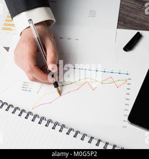 Contrôle de l'homme d'affaires bar chart Banque D'Images